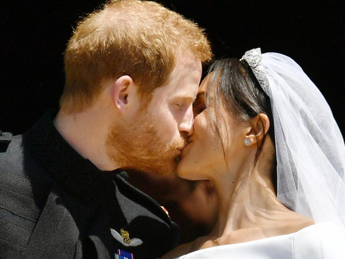 Meghan Markle i książę Harry - pierwszy pocałunek po ślubie