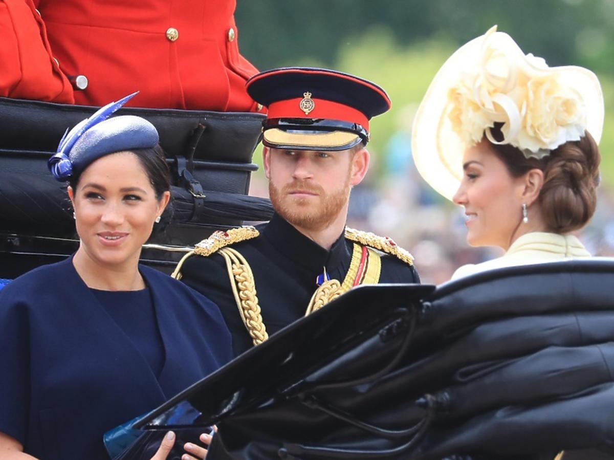 Meghan Markle, książę Harry, księżna Kate razem w powozie