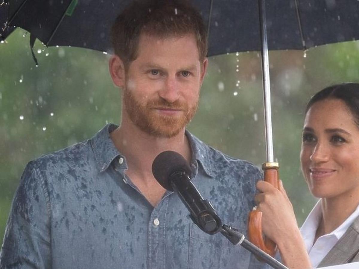 Meghan Markle trzyma parasol