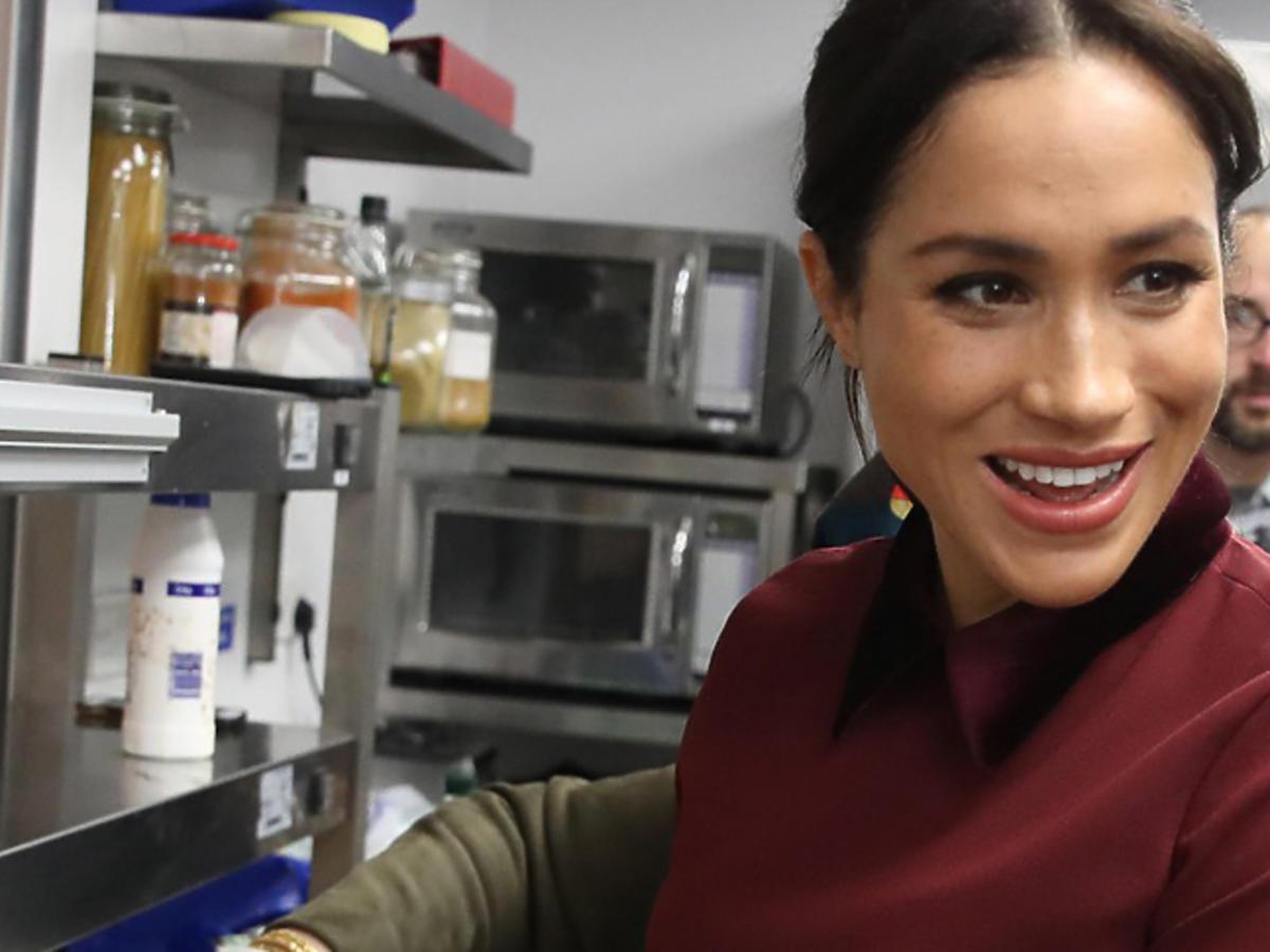 Meghan Markle w bordowej sukience gotuje