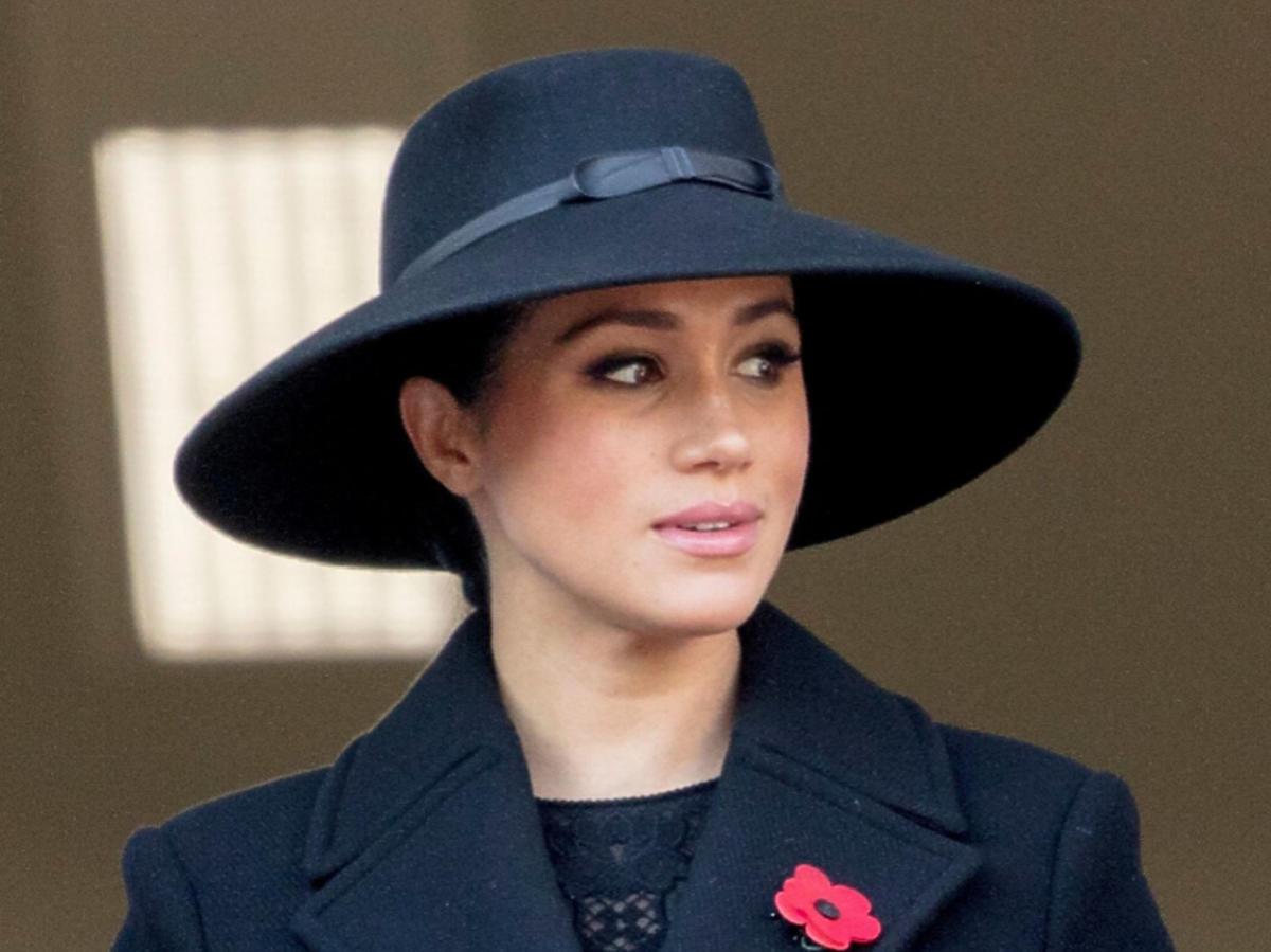 Meghan Markle w czarnym kapeluszu