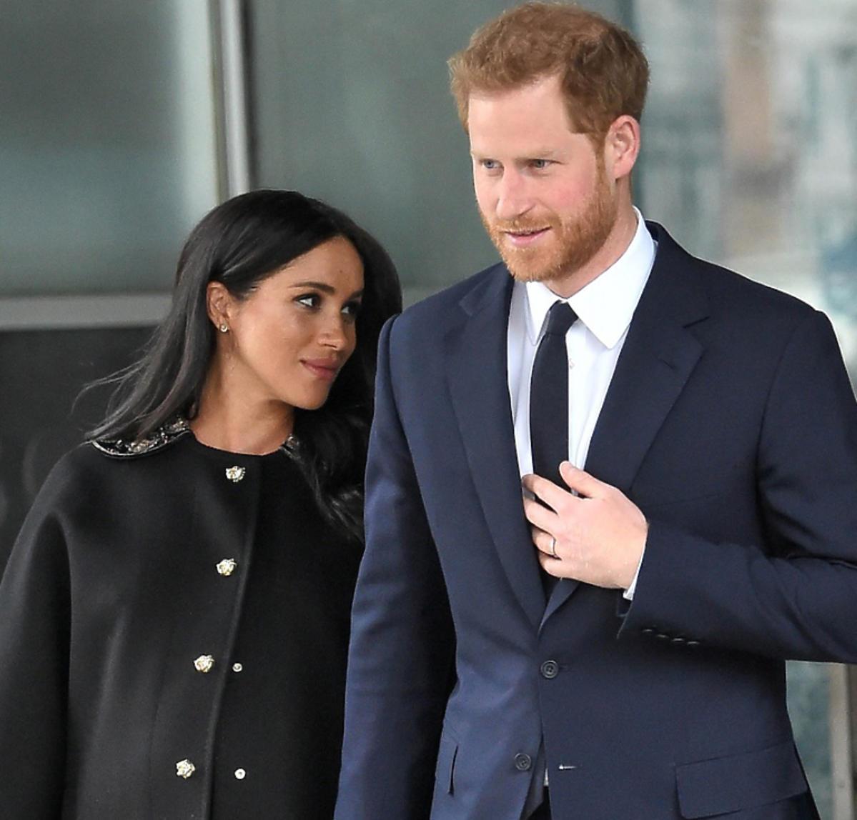 Meghan Markle w czarnym płaszczu z księciem Harrym