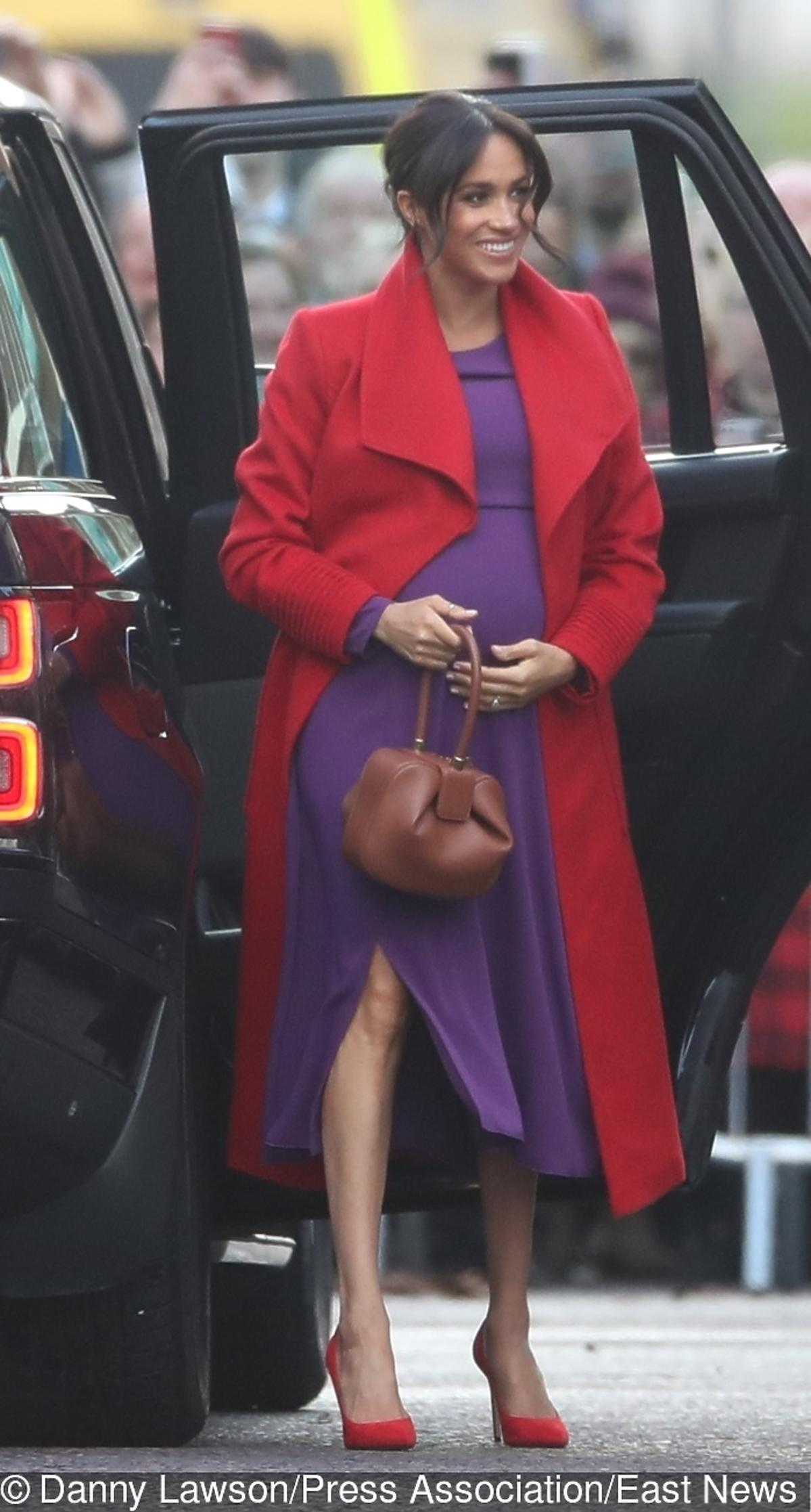Meghan Markle w czerwonym płaszczu