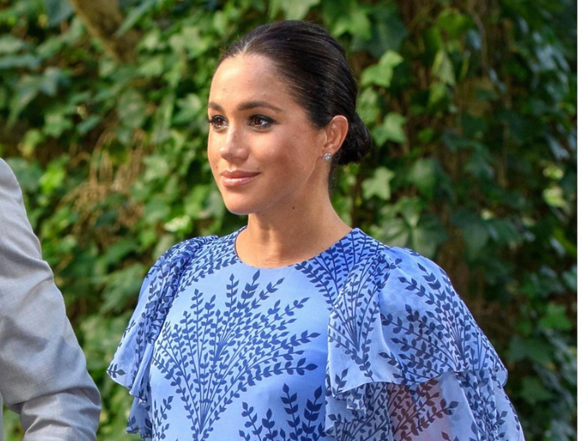 Meghan Markle w niebieskiej sukience w ciąży