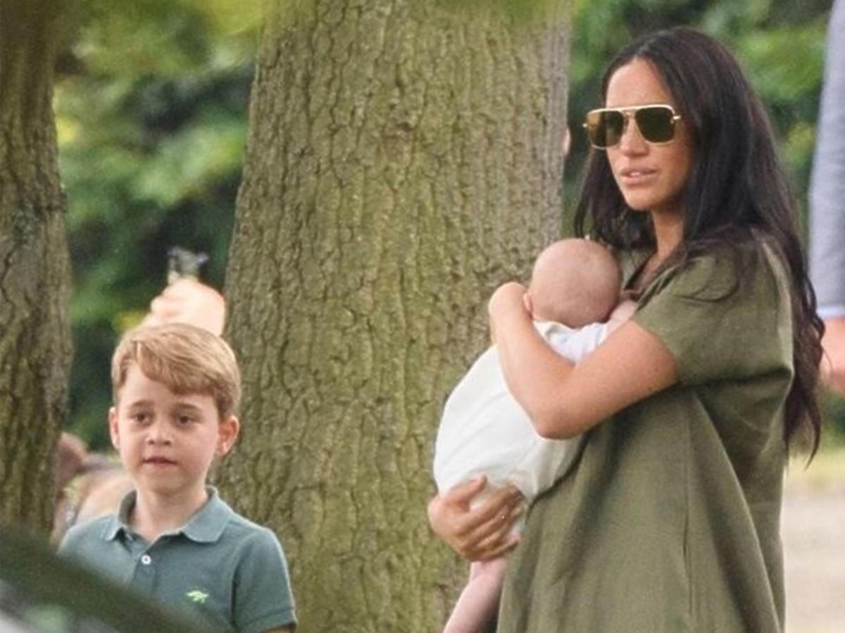 Meghan Markle z synem Archiem i księciem Georgem na meczu polo