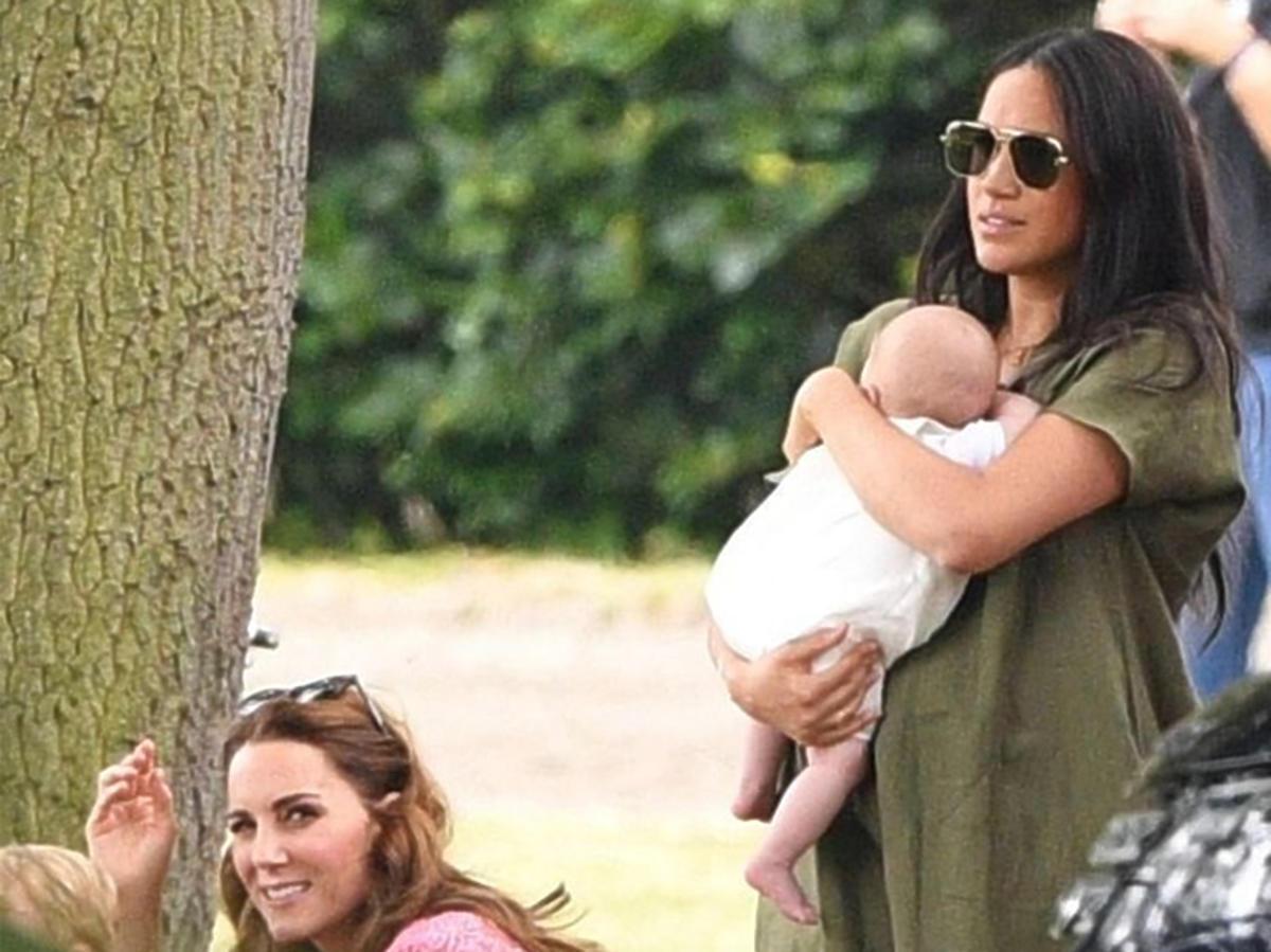 Meghan Markle z synem Archiem i księżną Kate na meczu polo