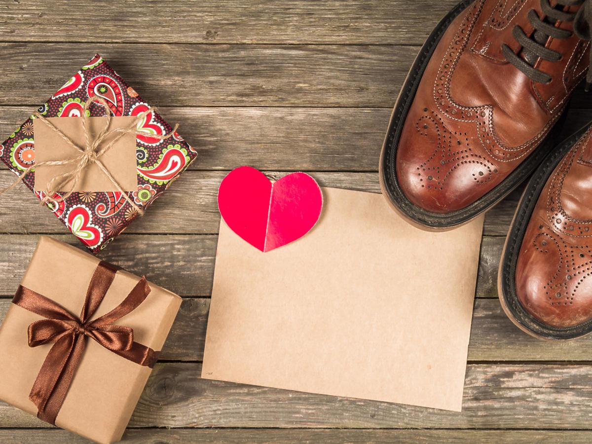 Męskie buty i kilka opakowań po prezentach.