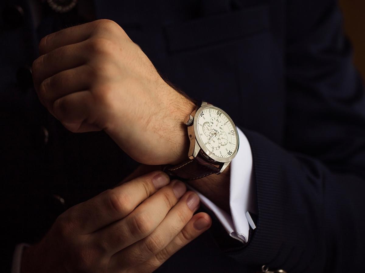 Męskie stylizacje: jak dobierać zegarek do stroju?