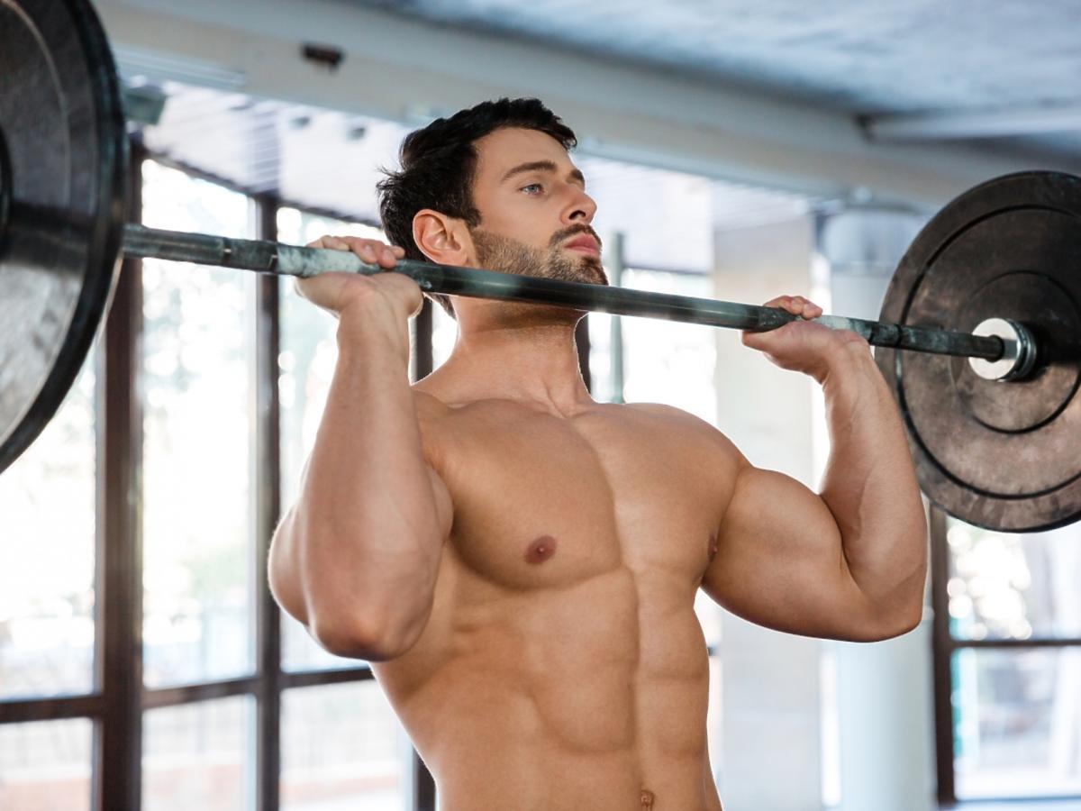Mężczyzna ćwiczy ze sztangą