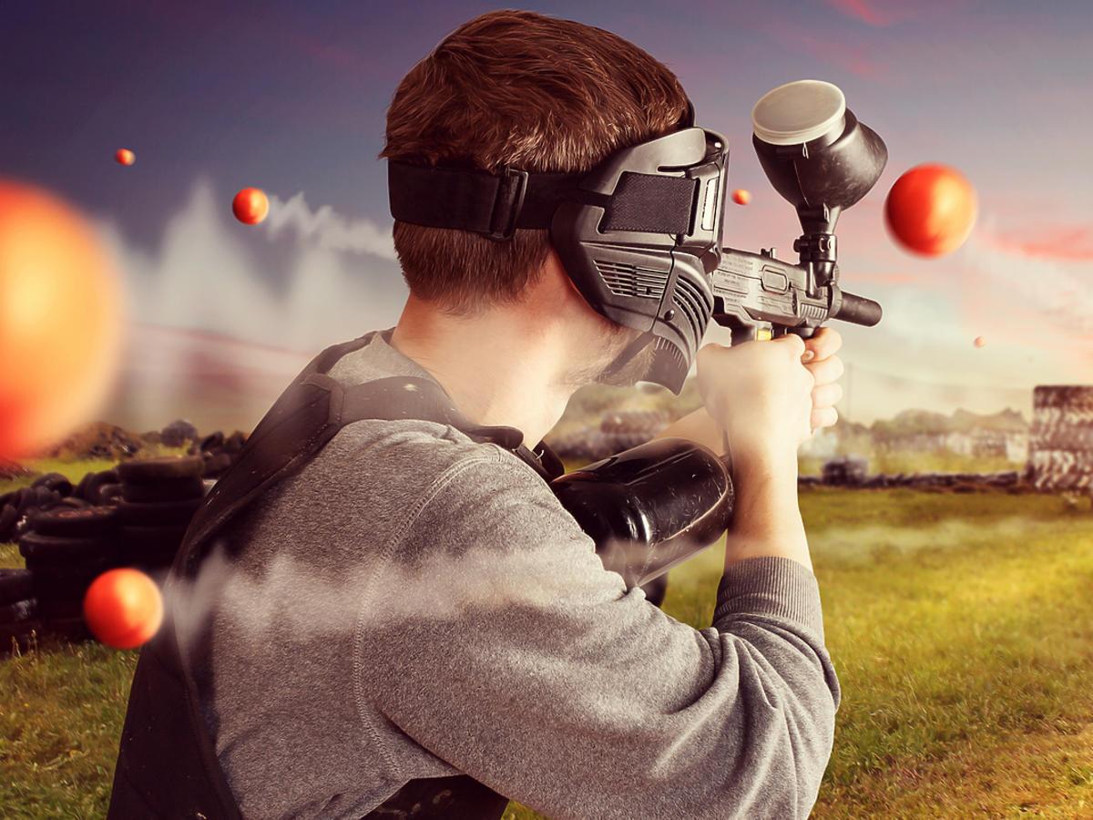 Mężczyzna grający w paintball na specjalnym polu do gry