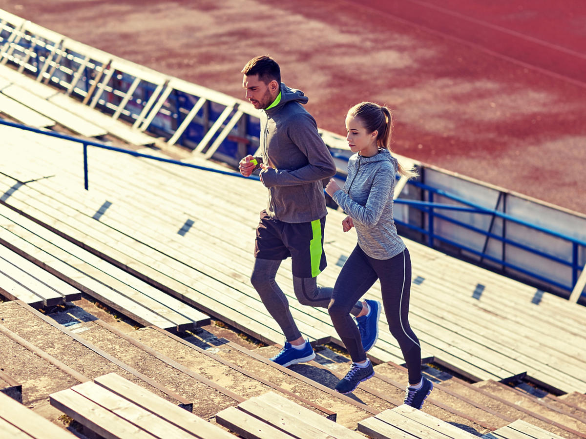 Mężczyzna i kobieta biegają razem po schodach.