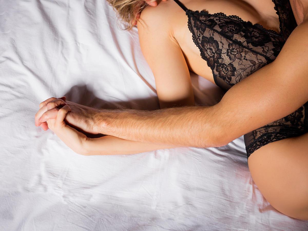 Mężczyzna i kobieta całują się w łóżku