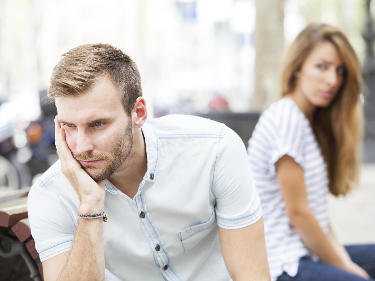 Mężczyzna i kobieta po kłótni, nie rozmawiają ze sobą