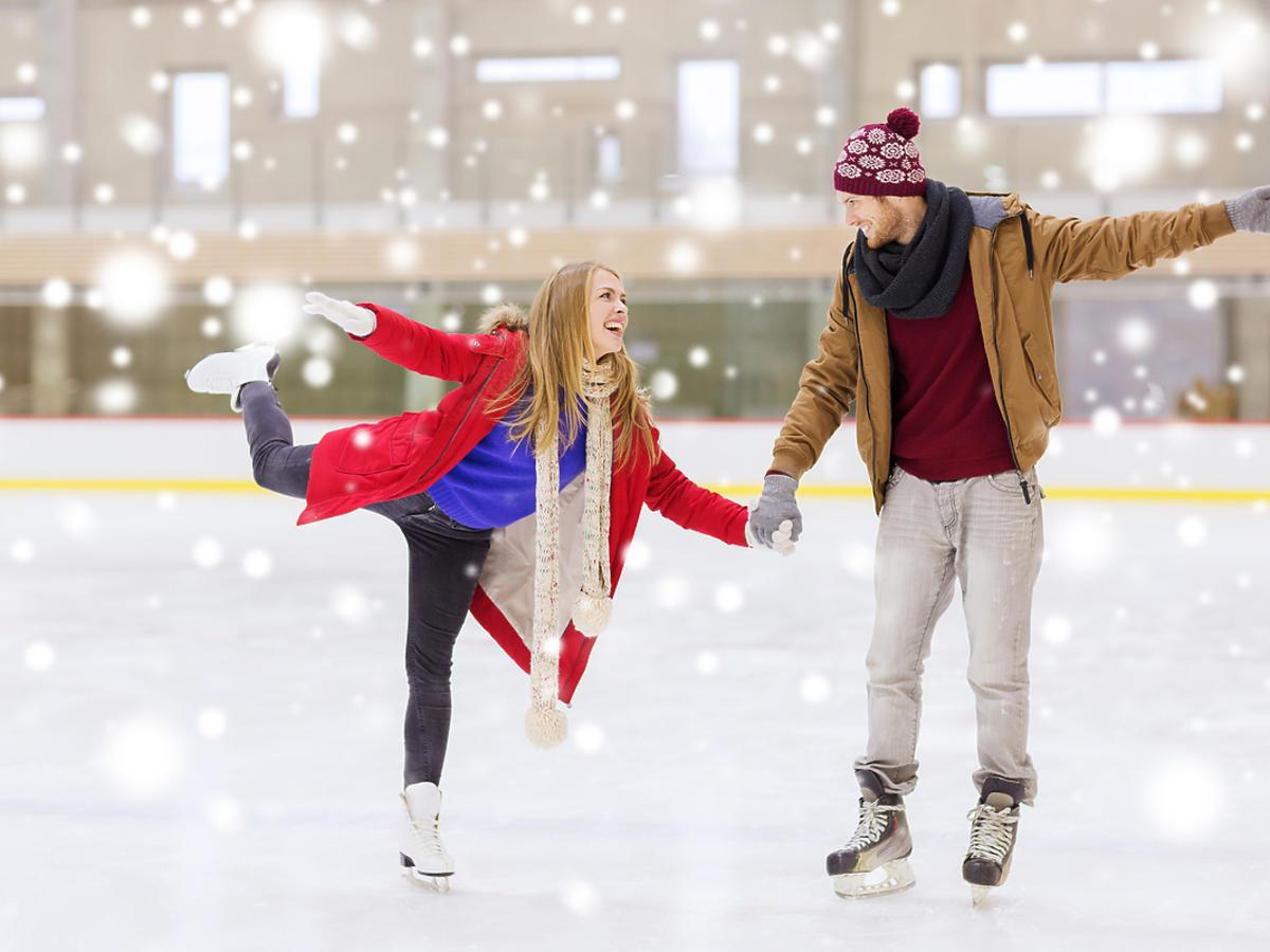 mężczyzna i kobieta trzymający się za ręce na lodowisku