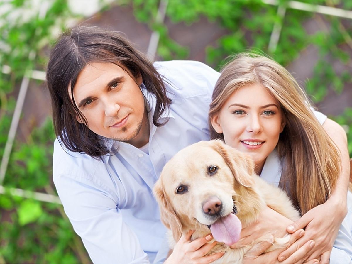 mężczyzna i kobieta z psem
