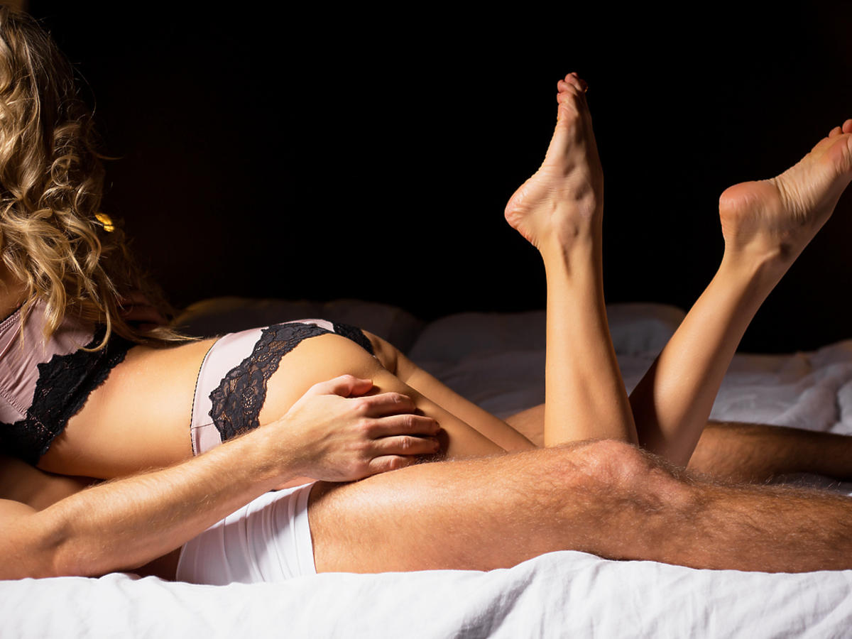 Mężczyzna i kobieta zabawiają się w sypialni