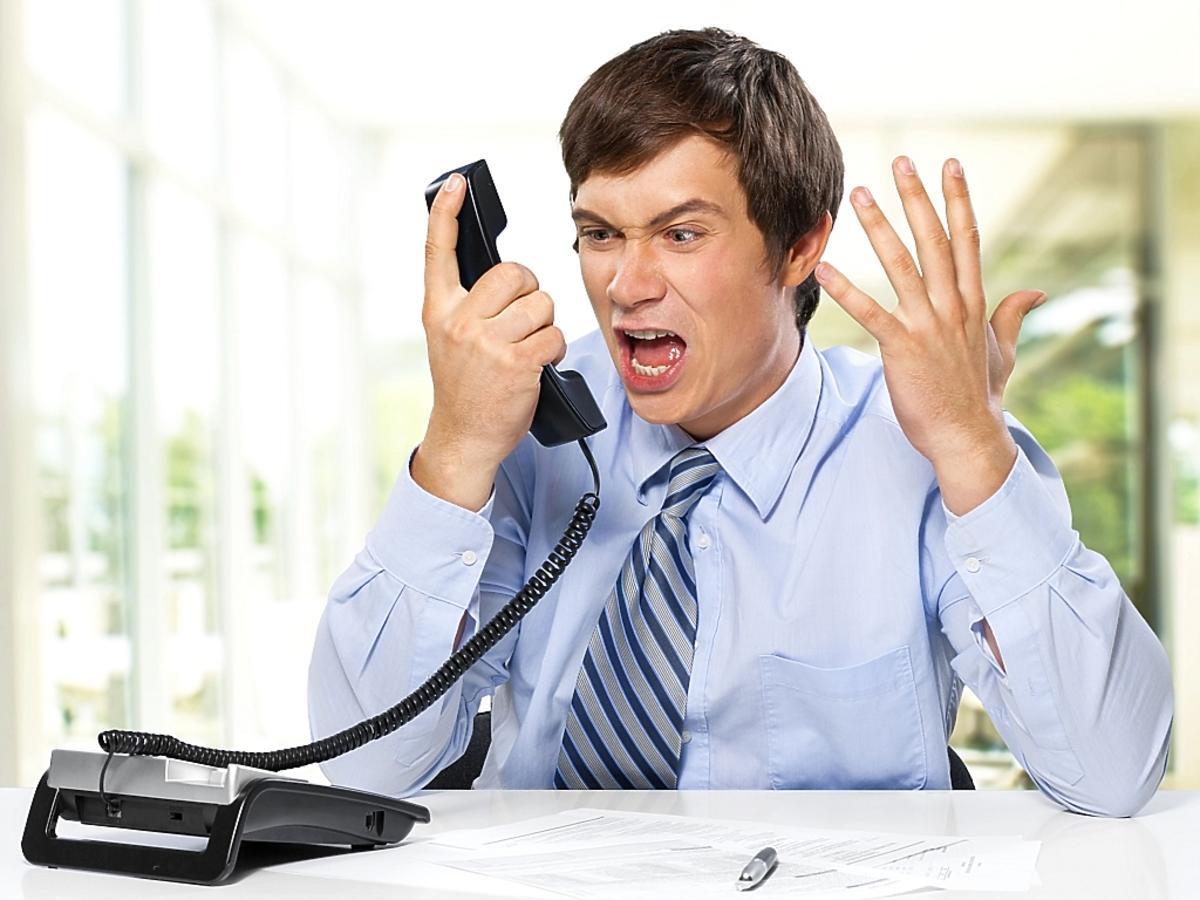 mężczyzna krzyczy do telefonu