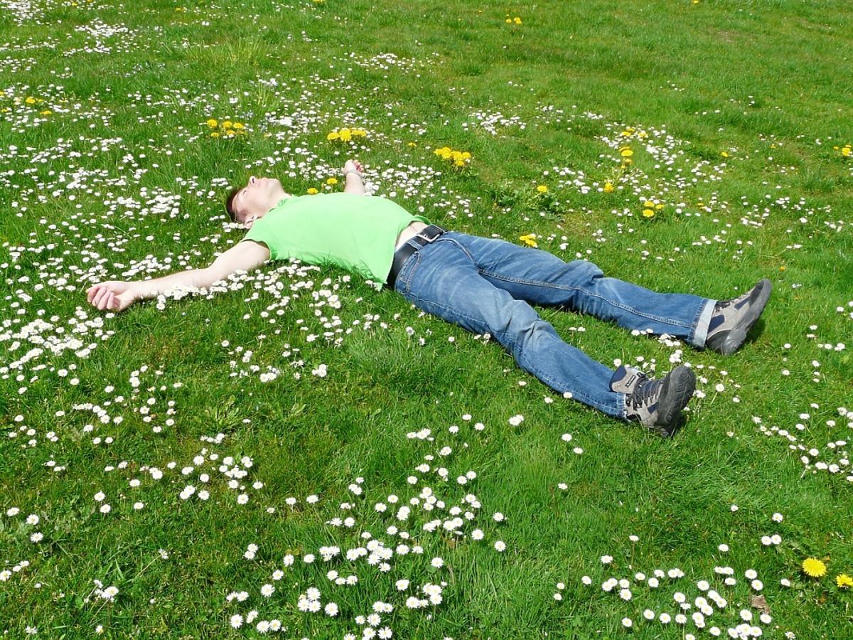Mężczyzna leży na trawie