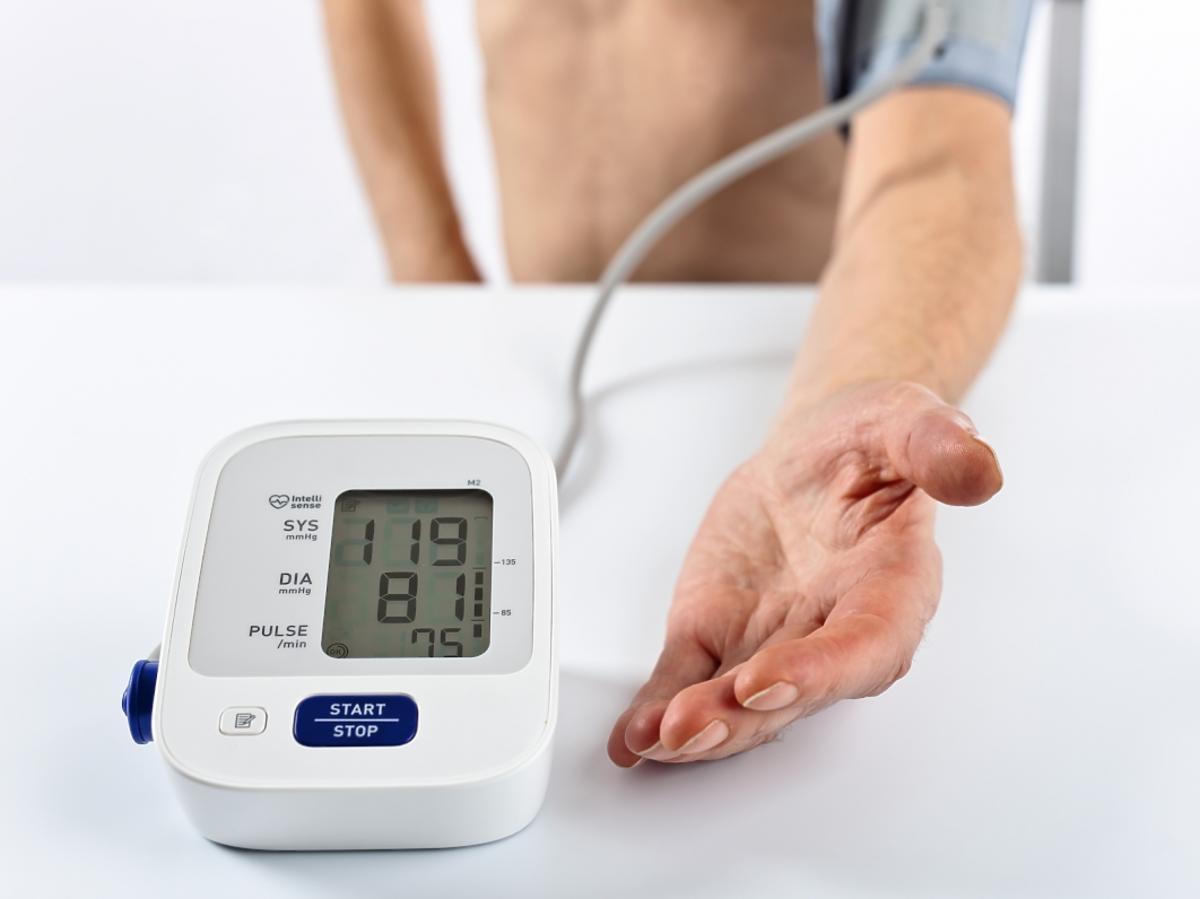 Mężczyzna mierzy ciśnienie tętnicze