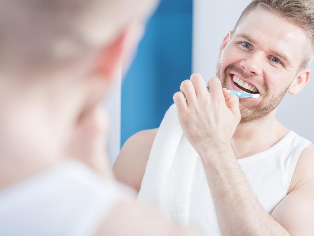 Mężczyzna myje zęby
