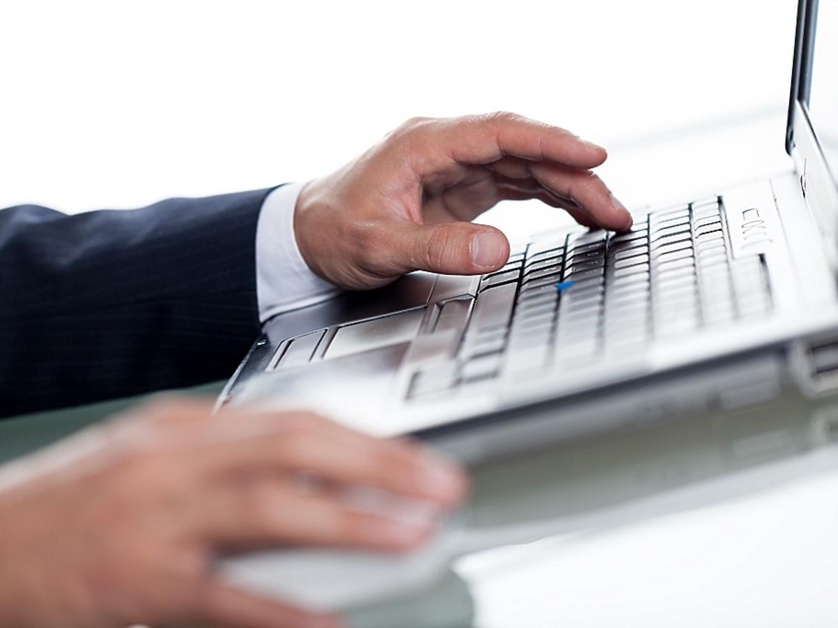 Mężczyzna pisze list na komputerze