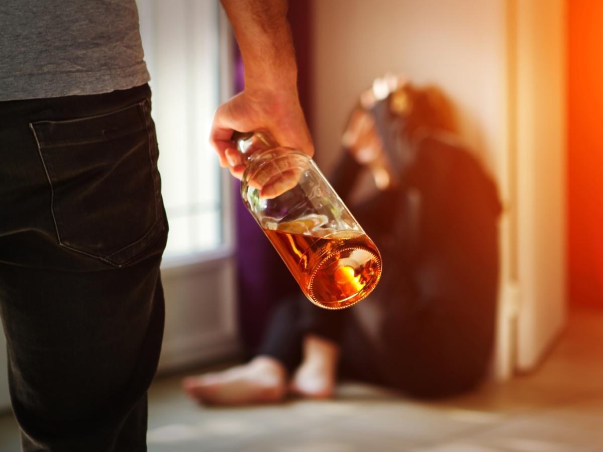 mężczyzna po alkoholu