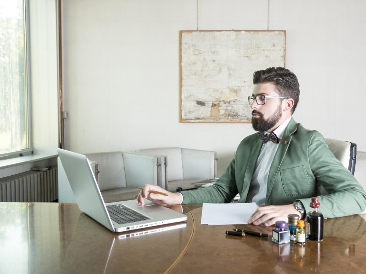 mężczyzna pracuje przed komputerem