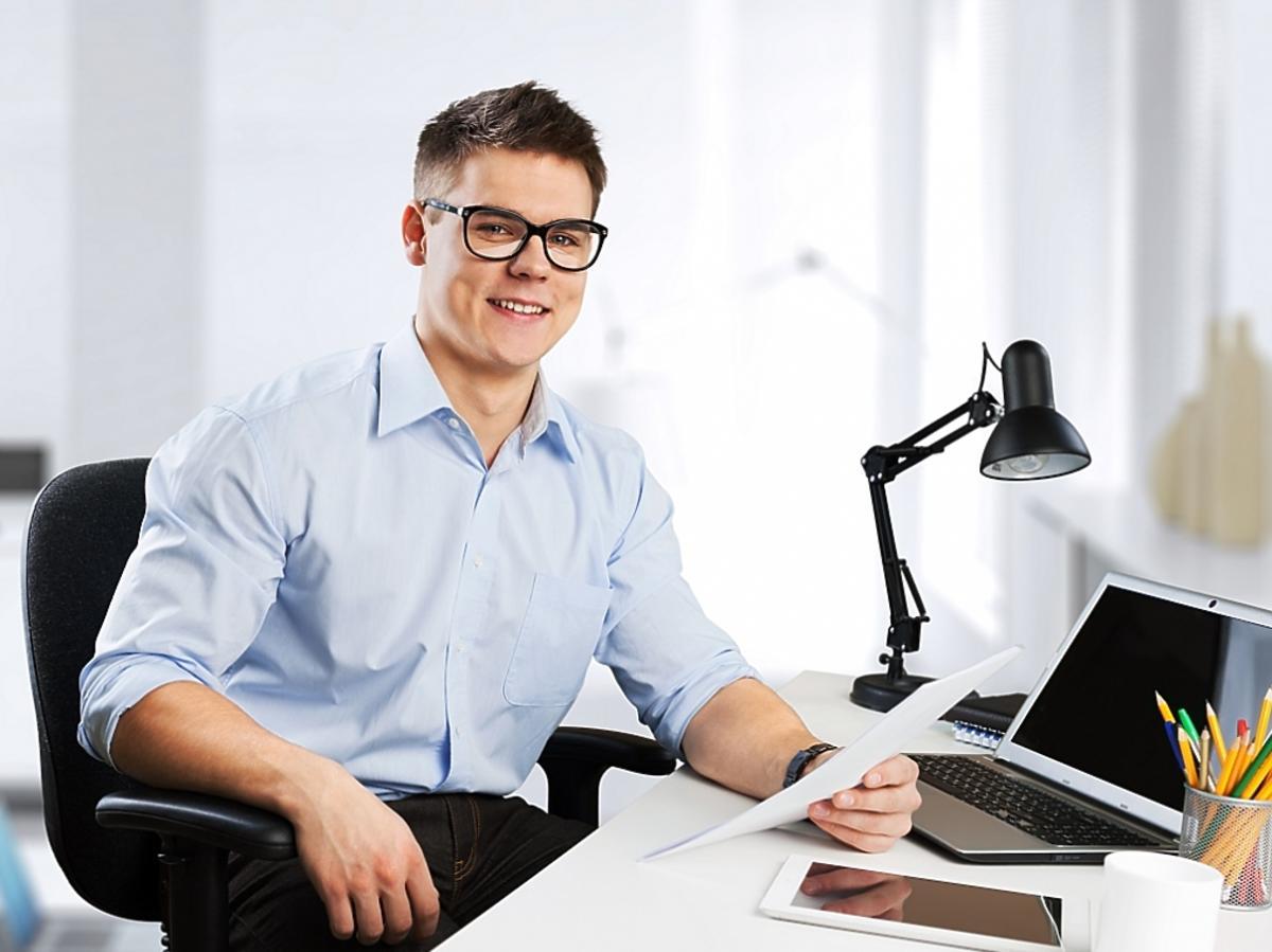 mężczyzna siedzący przy biurku