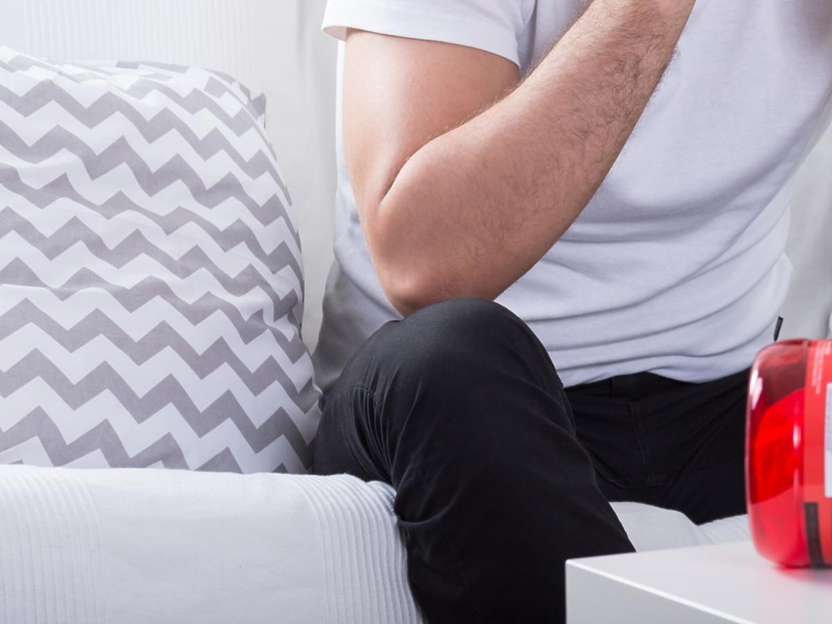 mężczyzna siedzący za stołem z odżywkami