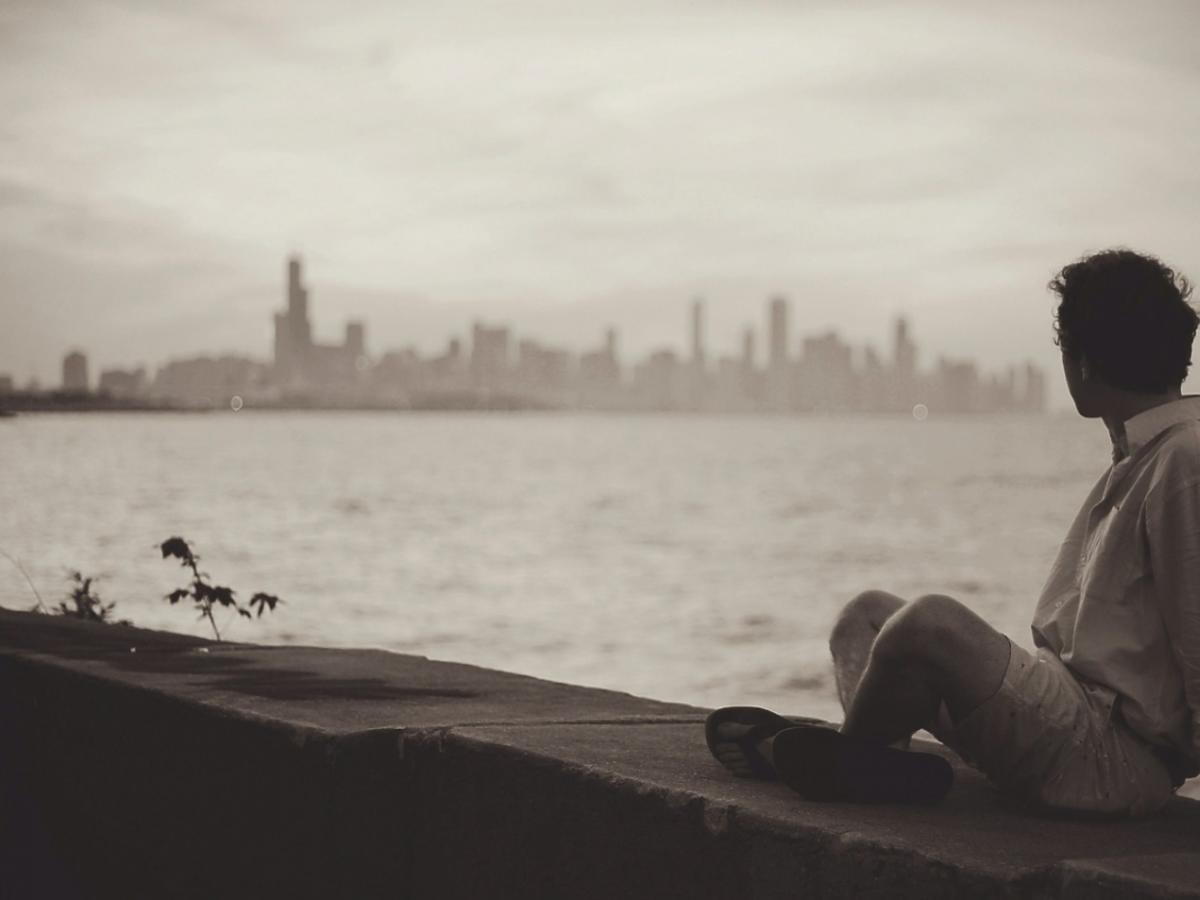 Mężczyzna siedzi nad wodą