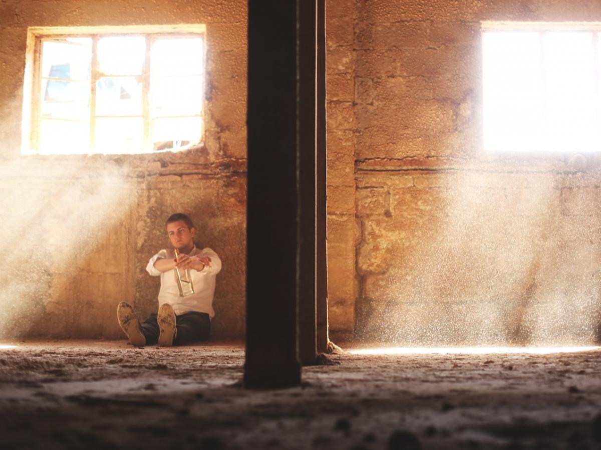 Mężczyzna siedzi samotnie
