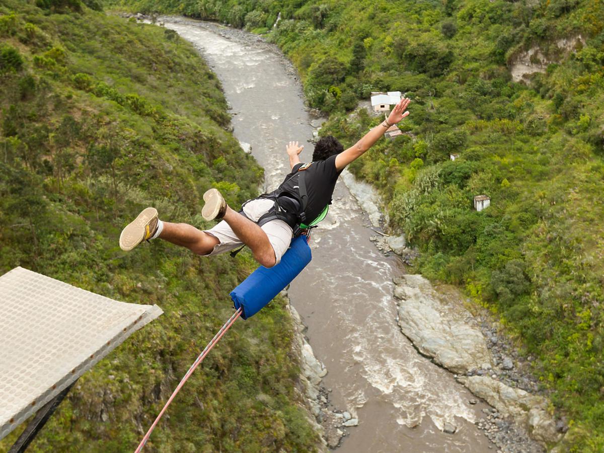 Mężczyzna skaczący na bungee.