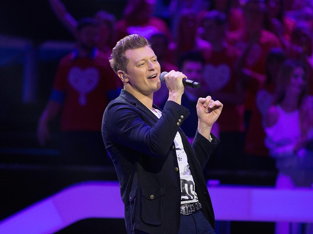 Mężczyzna śpiewa