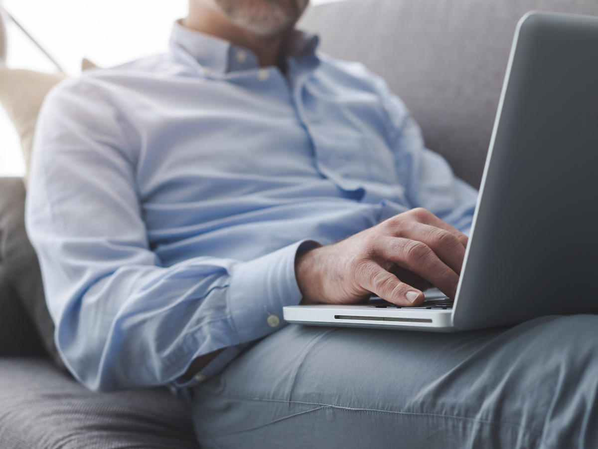 mężczyzna surfujący w internecie