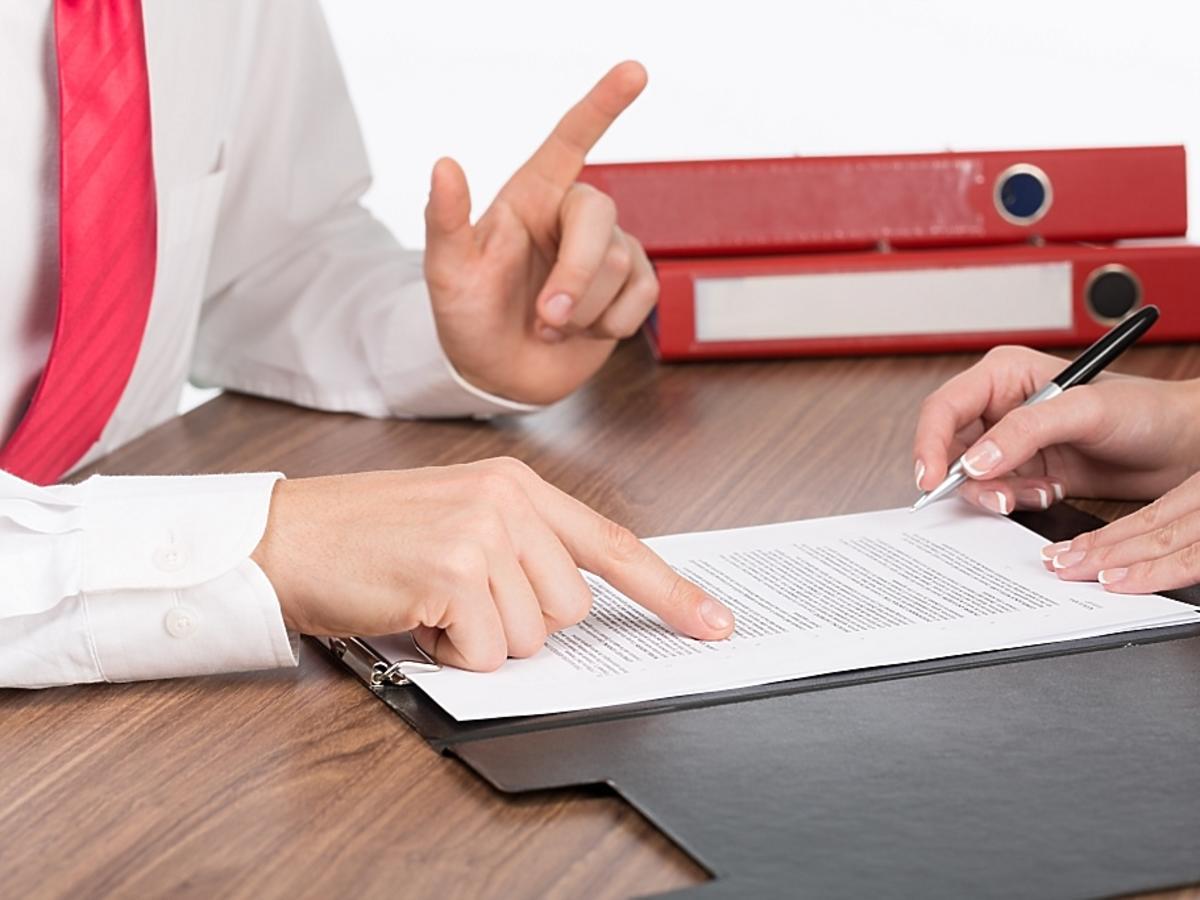 mężczyzna tłumaczy jak napisać list motywacyjny