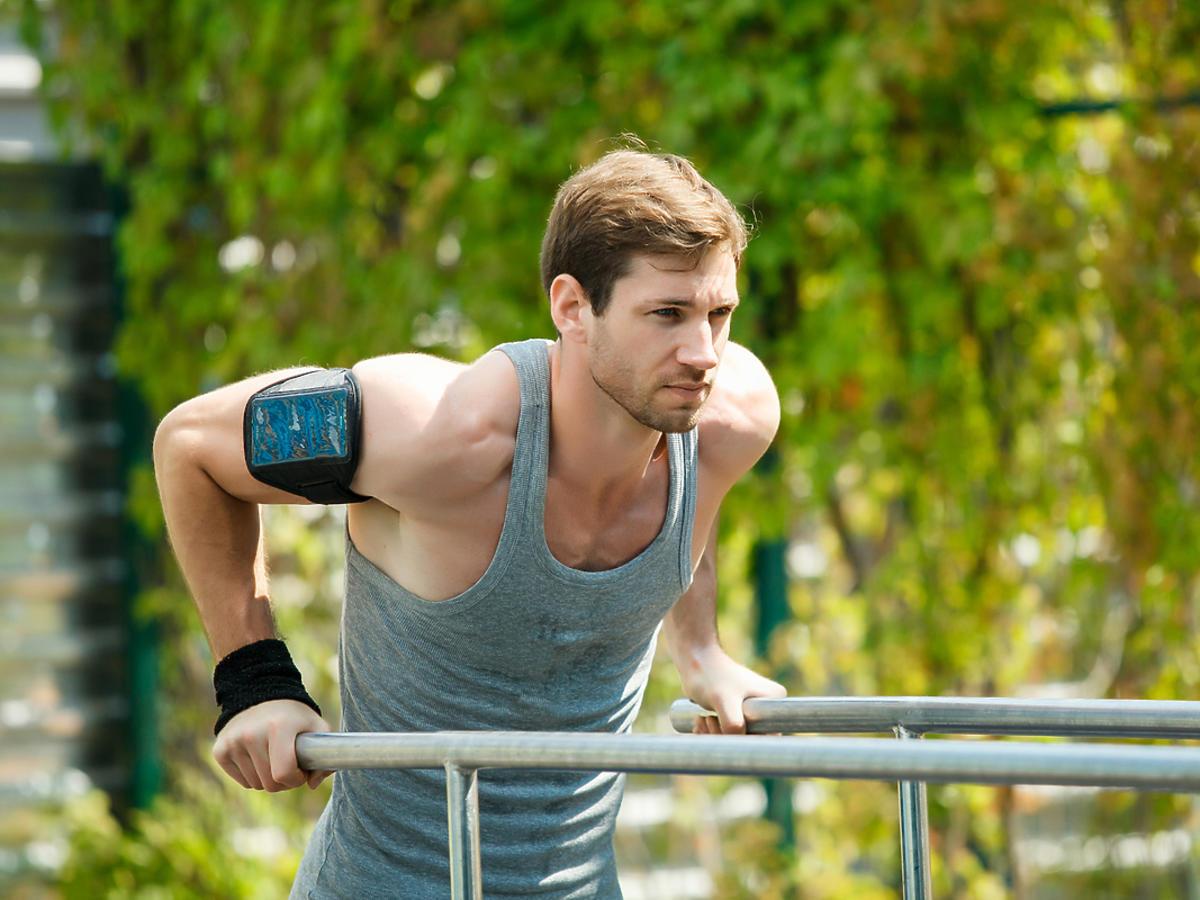 mężczyzna trenujący street workout