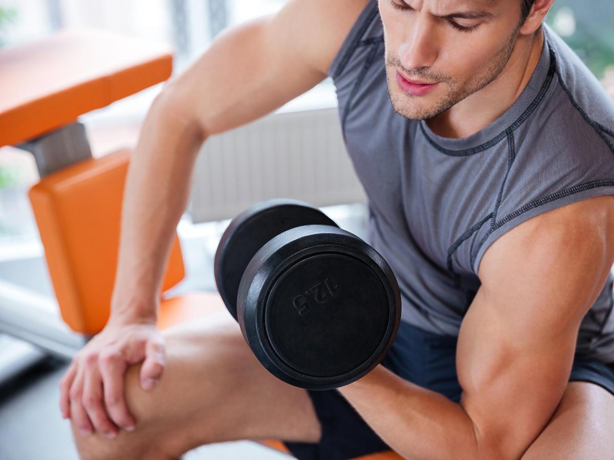Mężczyzna trenuje na siłowni