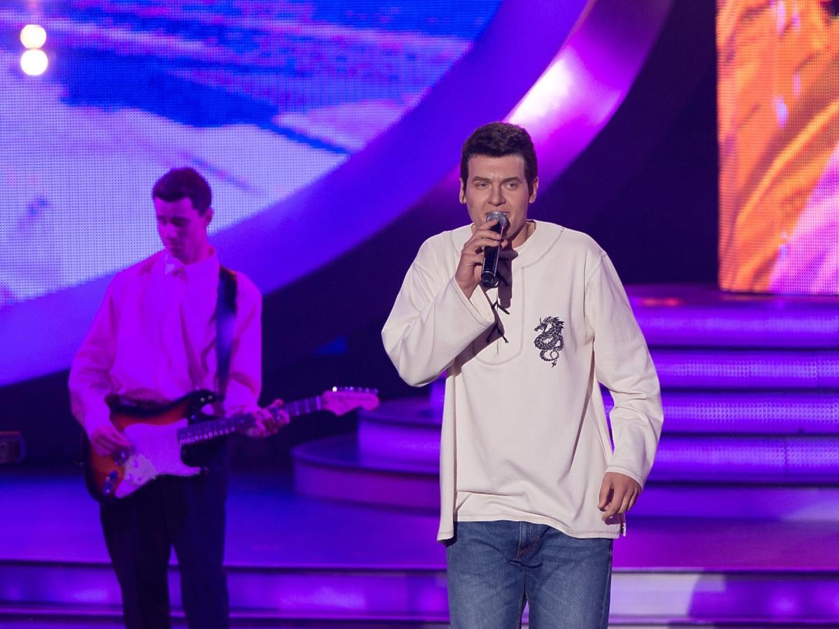 Mężczyzna w białym swetrze