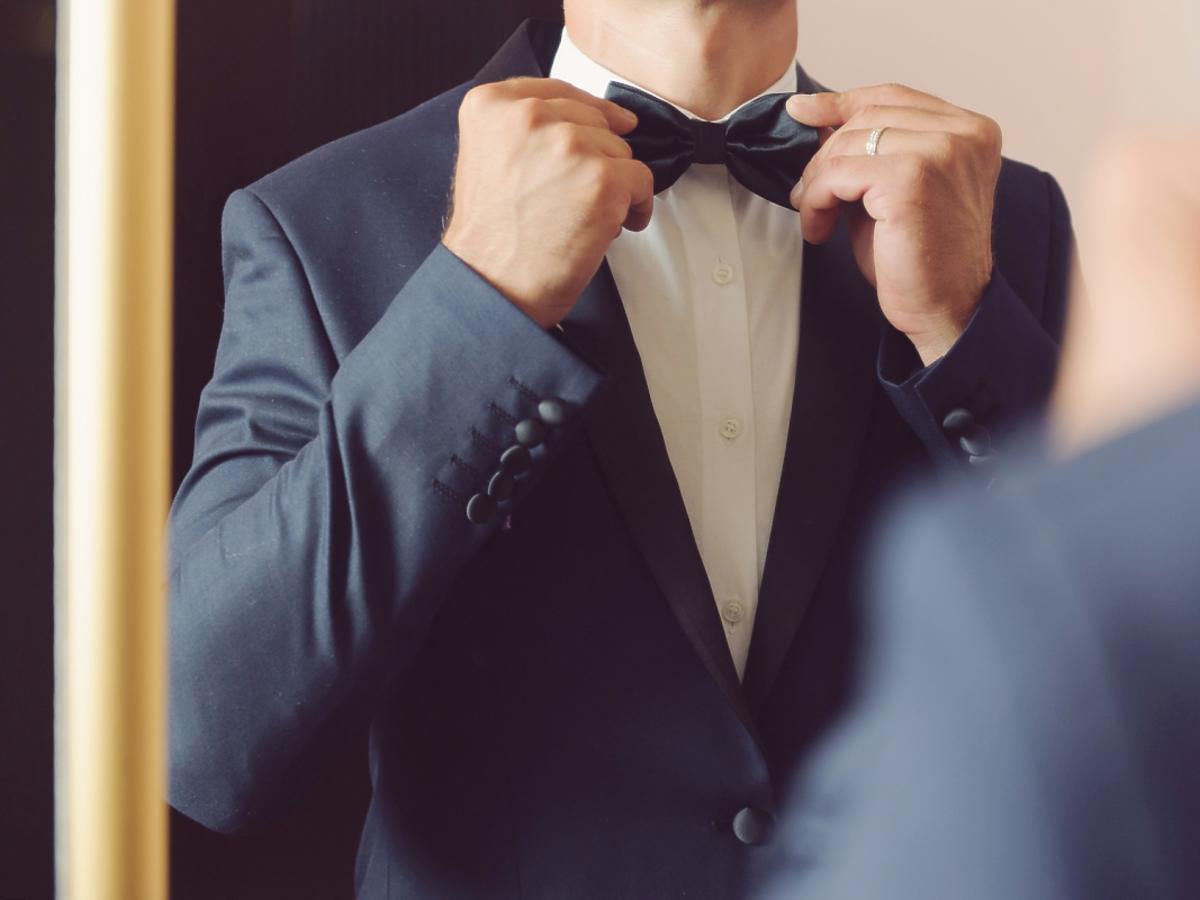 Mężczyzna w garniturze z muszką