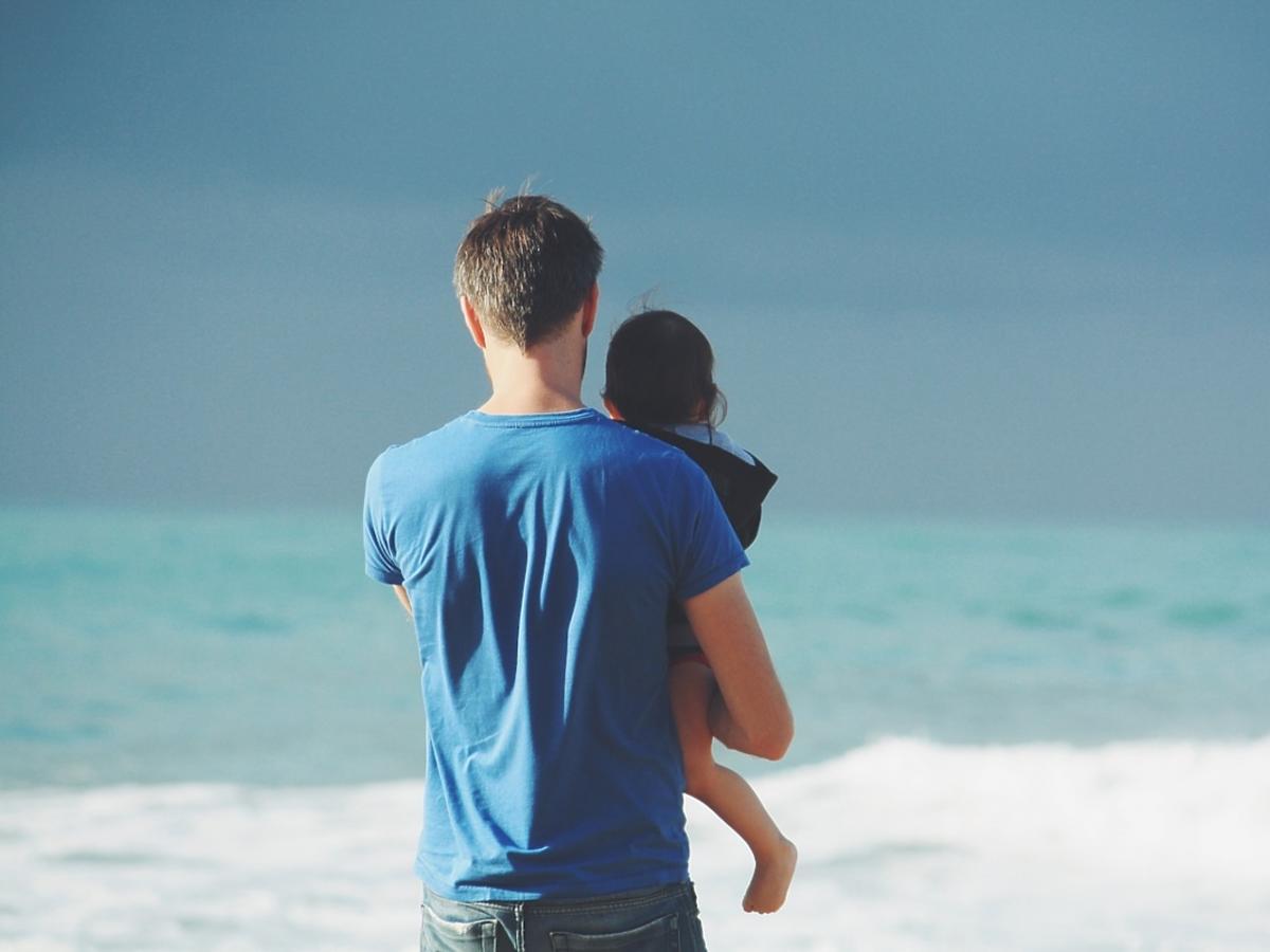 Mężczyzna z dzieckiem