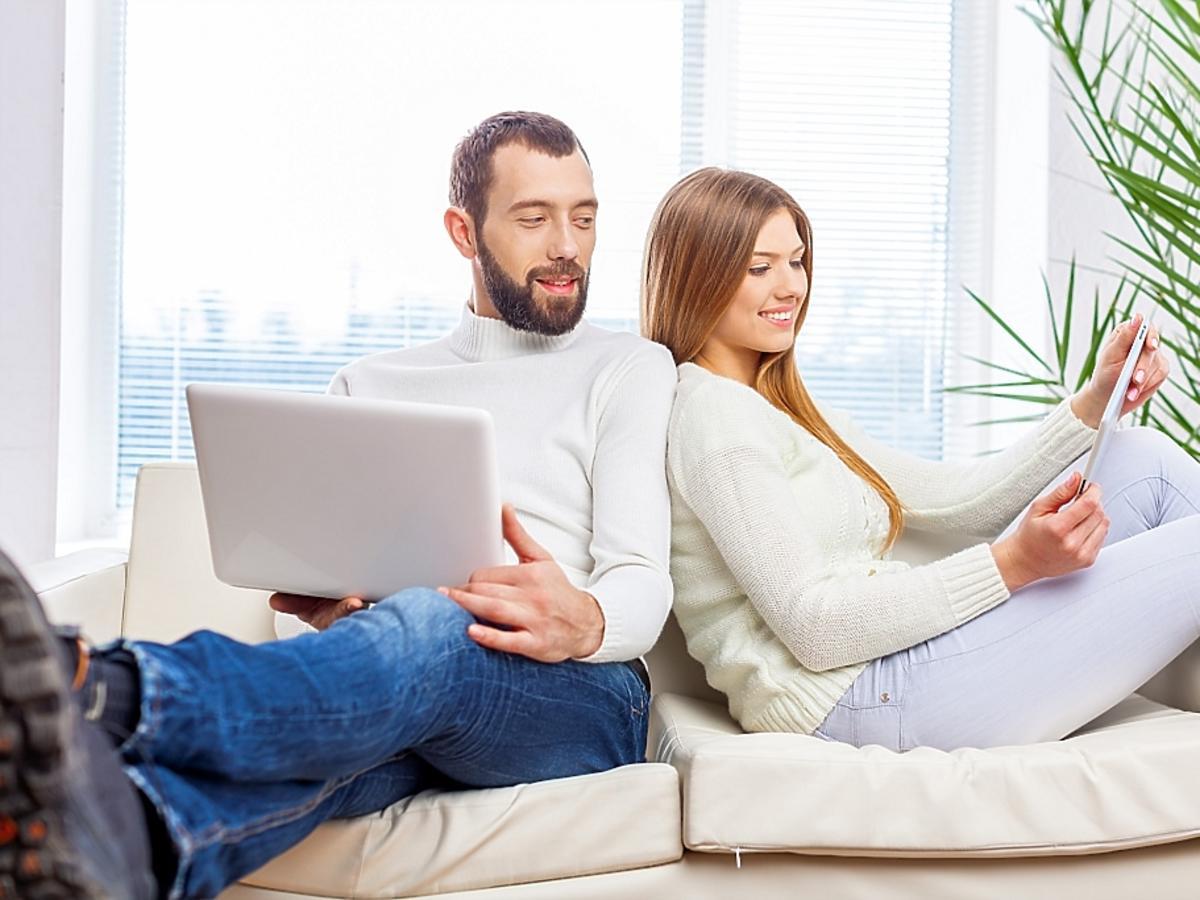 mężczyzna z kobietą siedzą na kanapie