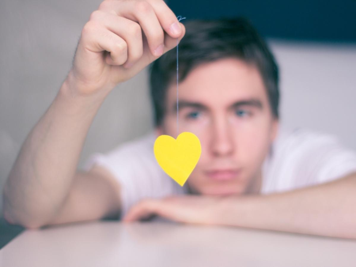 Mężczyzna z papierowym sercem na sznurku