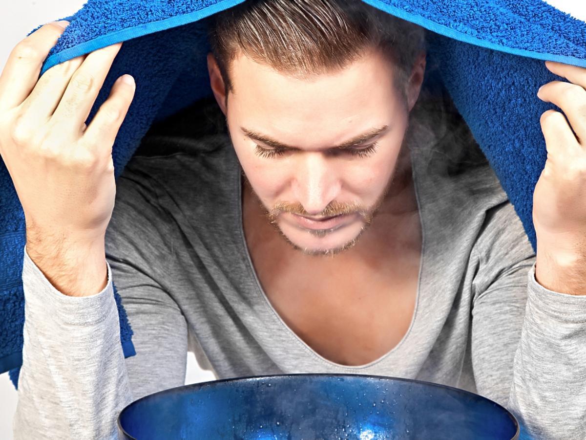 mężczyzna z ręcznikiem na głowie