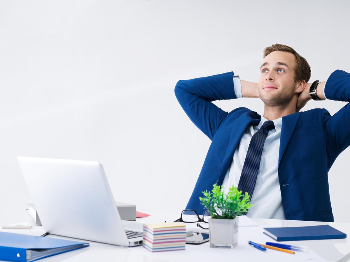 mężczyzna zadowolony po pracy przy komputerze
