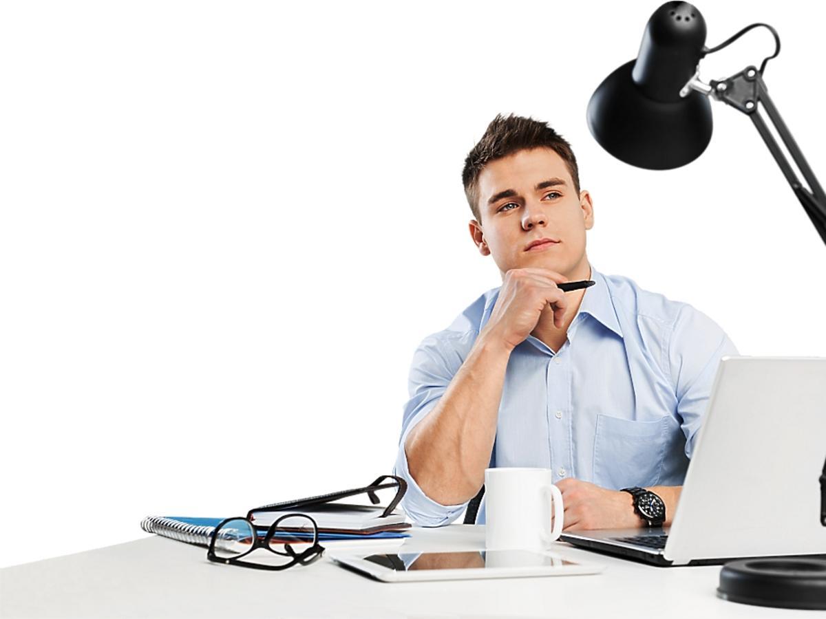mężczyzna zastanawiający się za biurkiem