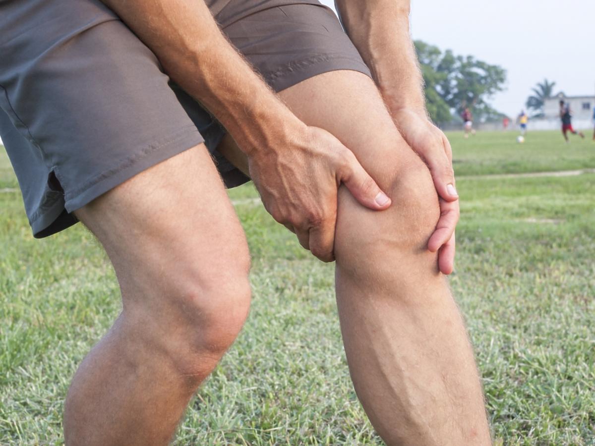 Mężczyznę boli kolano