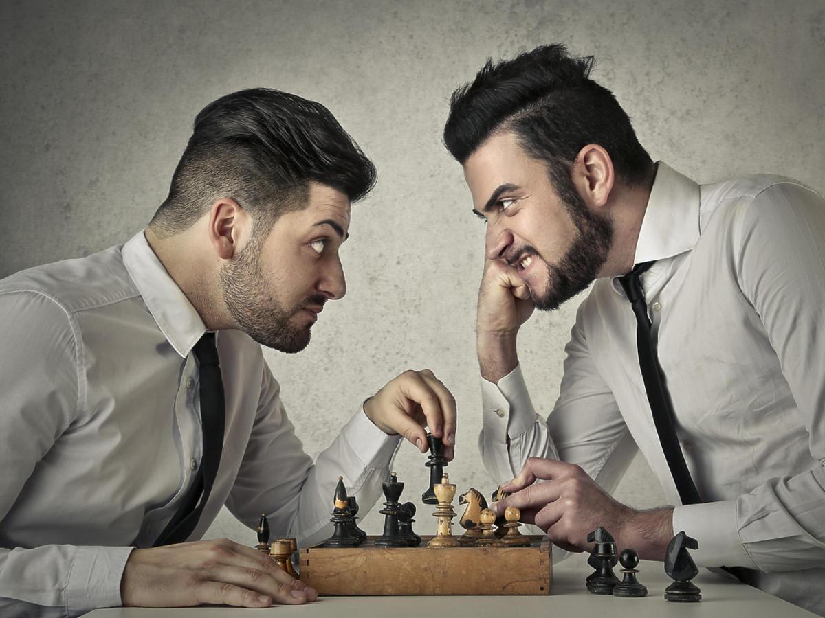 mężczyźni grający w szachy