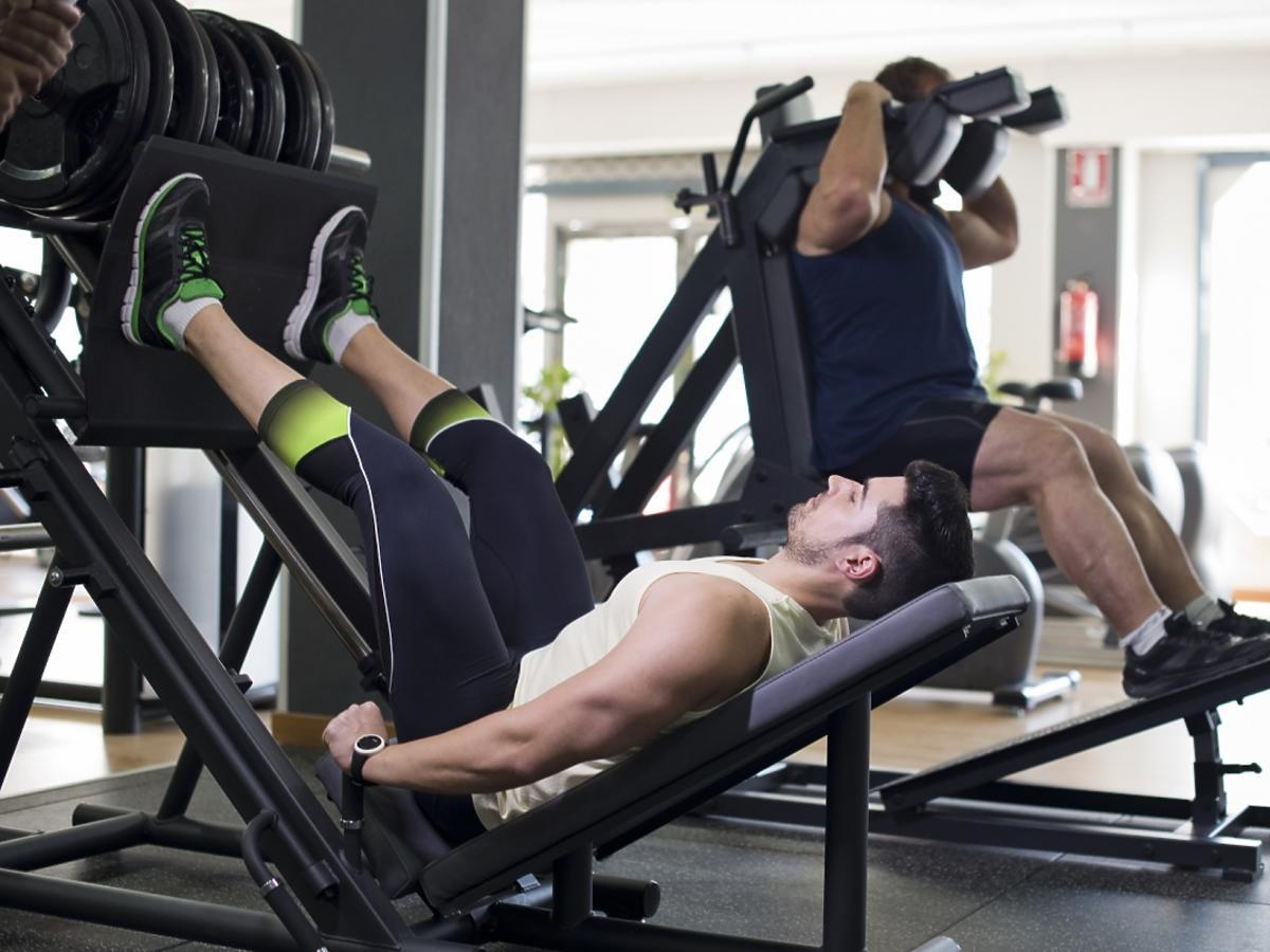 Mężczyźni na siłowni