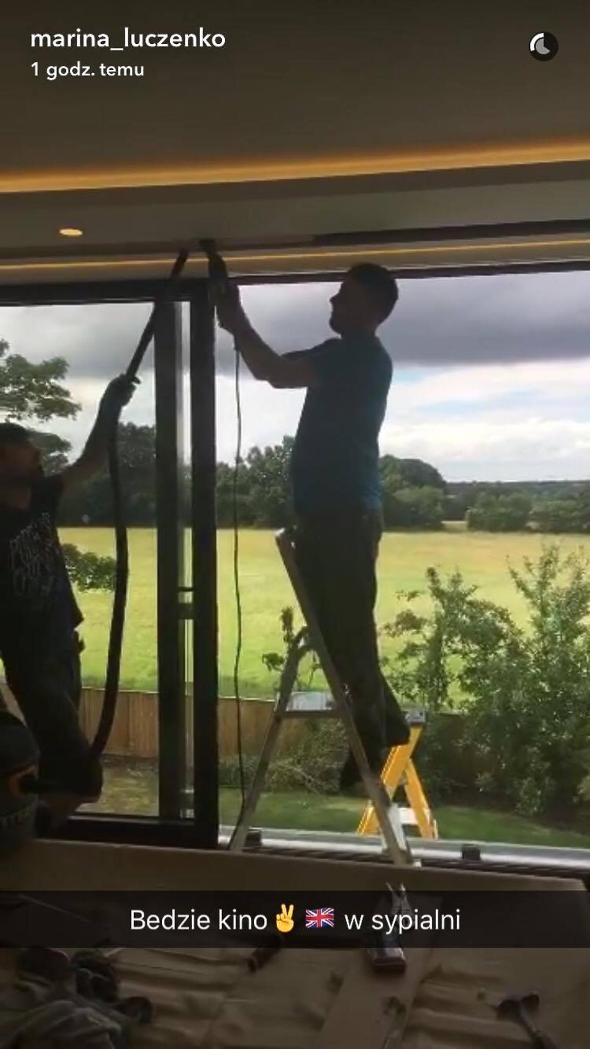 Mężczyźni przy oknie