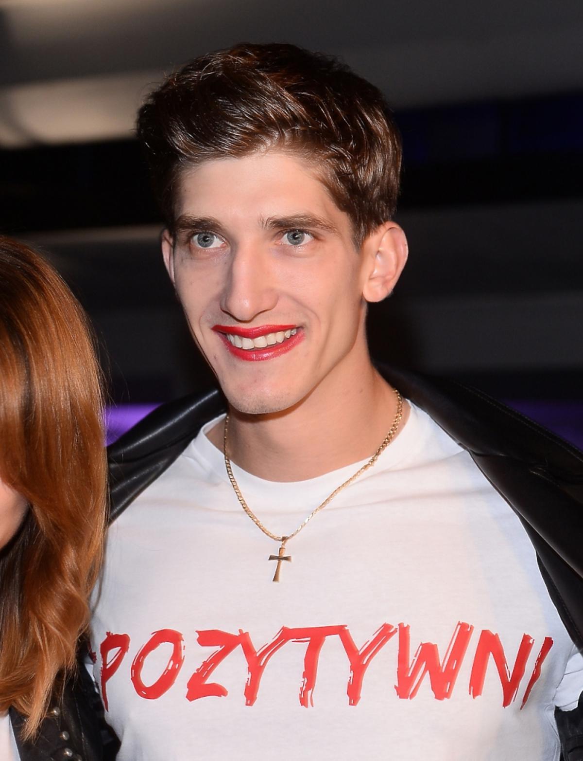 Michał Baryza z pomalowanymi ustami na pokazie